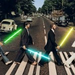 Détournement de la photo d'Abbey Road des Beatles portant chacun un sabre laser