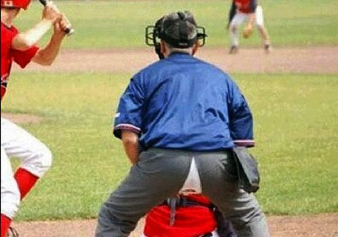 un arbitre de baseball troue son pantalon pendant un match